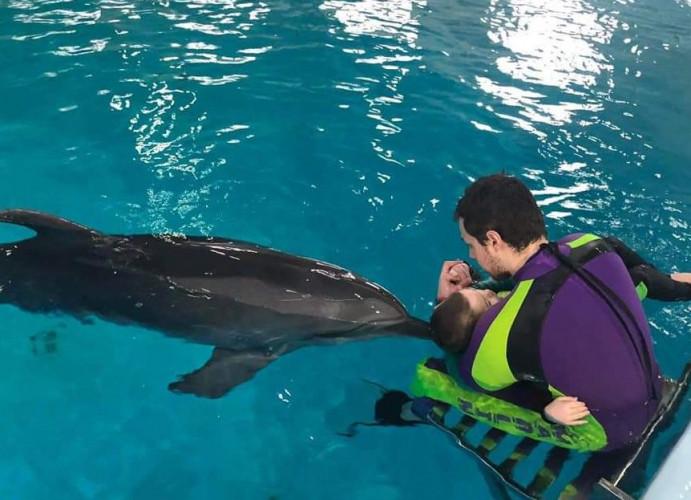 Delfíny Lukášovi pomáhajú